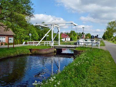 Kanal mit Klappbrücke in Ostrhauderfehn