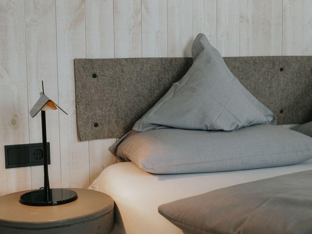 Gemütliches Hotelzimmerbett in Ostfriesland