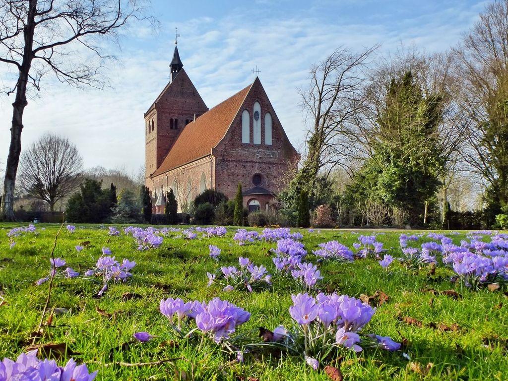 Kirche mit Krokussen im Vordergrund