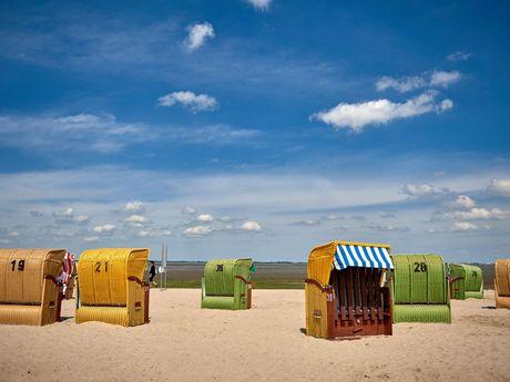 Bunte Strandkörbe im Sand des Strandes von Dangast