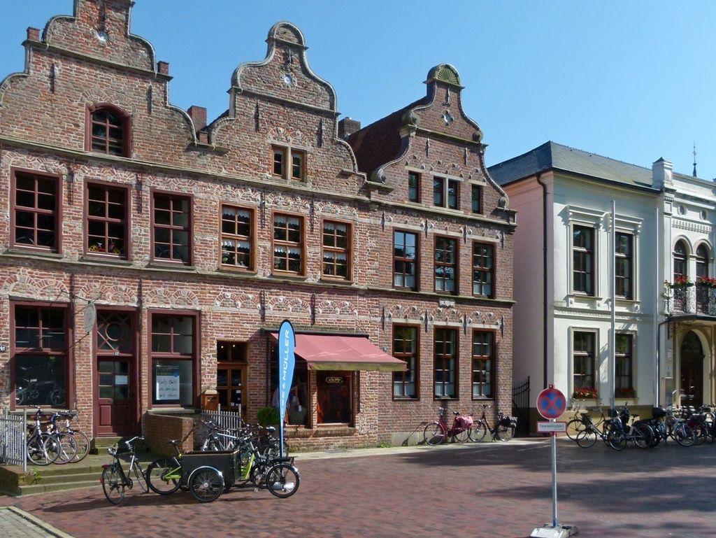 Außenansicht auf die Pelzerhäuser und das neue Rathaus in der Altstadt von Norden