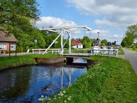 Weiße Klappbrücke am Fehn- und Schiffahrtsmuseum in Rhauderfehn