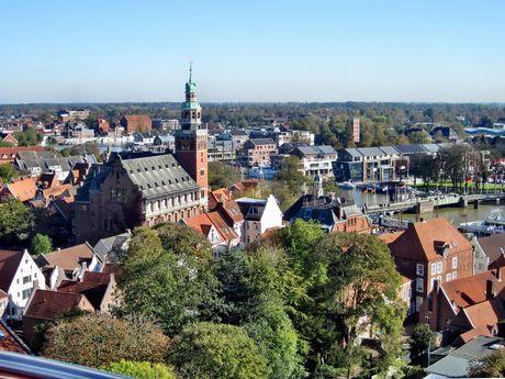 Luftaufnahme von der Stadt Leer mit Rathaus und Hafen im Hintergrund