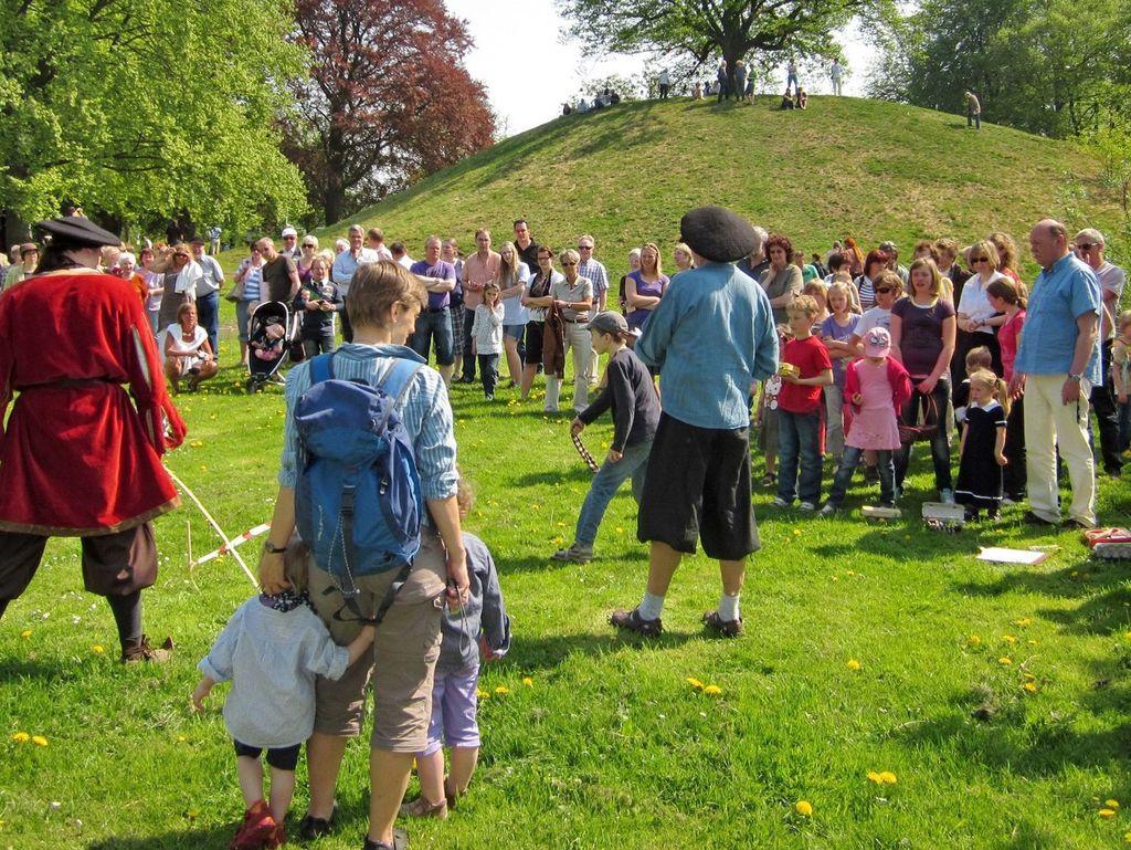 Viele Besucher bei den traditionellen Osterspielen in Leer