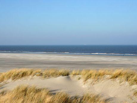 Düne auf Juist mit Sandstrand und Nordsee im Hintergrund
