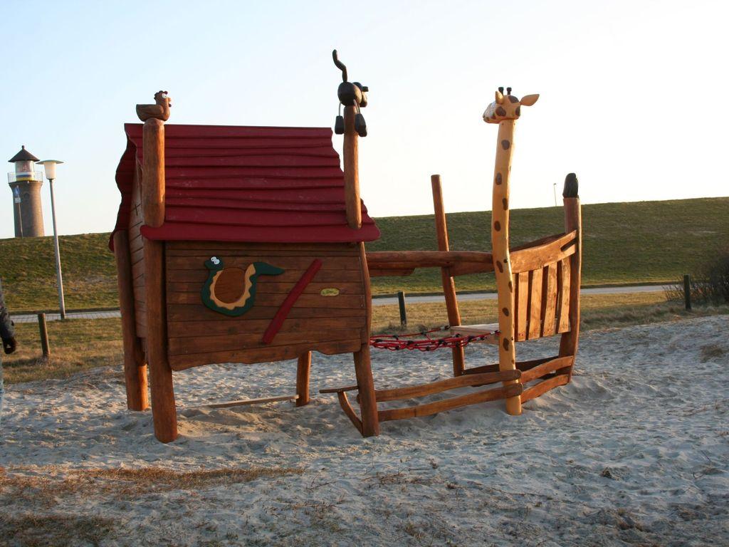 Hölzernes Spielgerät auf dem Spielplatz von Juist