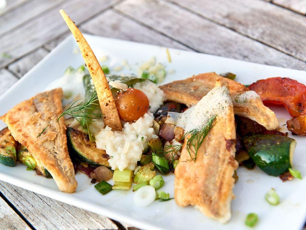 Ein hergerichteter Teller mit einem Fischgericht in einem Restaurant in Leer