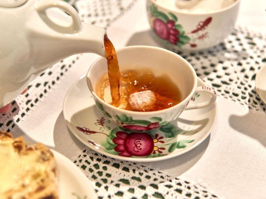 Bünting Teezeremonie, Tee wird in die Teetasse geschenkt