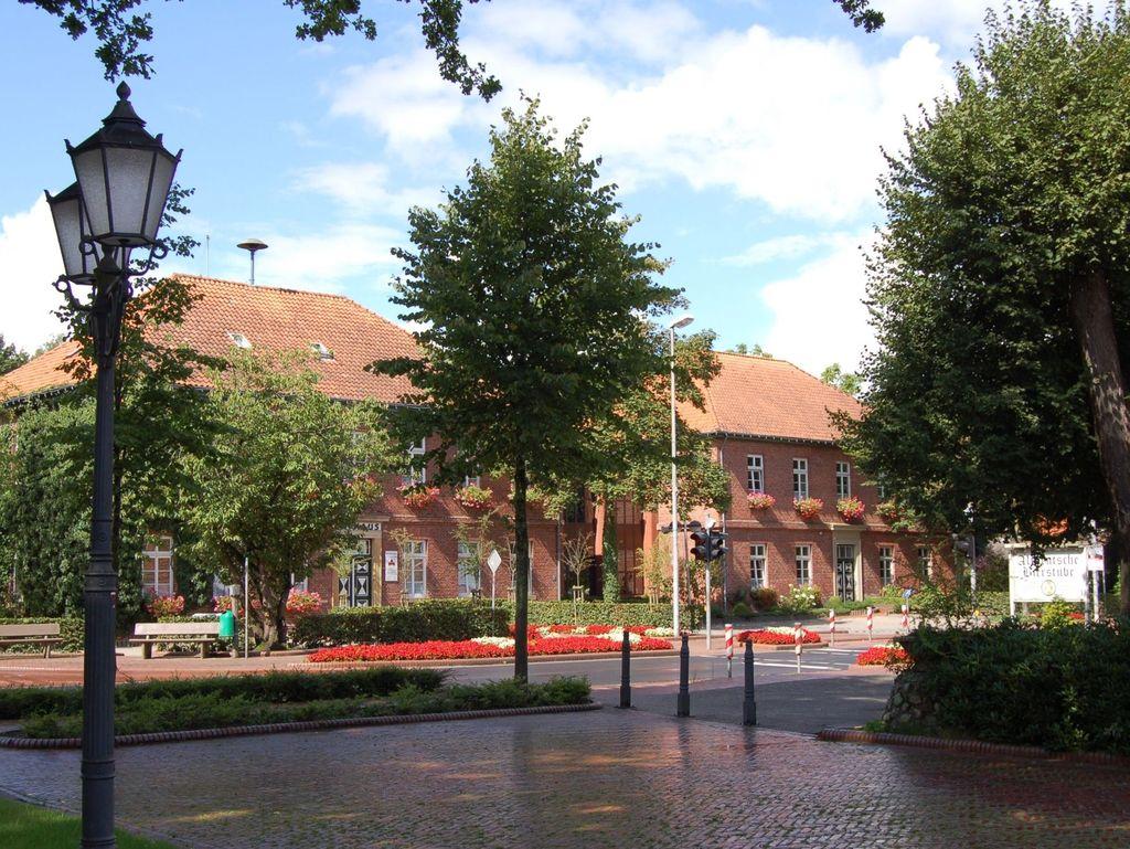 Blühende Beete vor dem Rathaus von Friedeburg