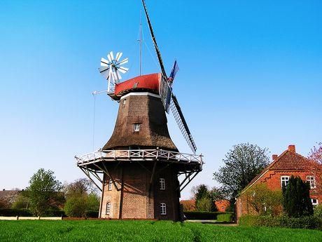 Außenansicht der Windmühle Nenndorf in Holtriem