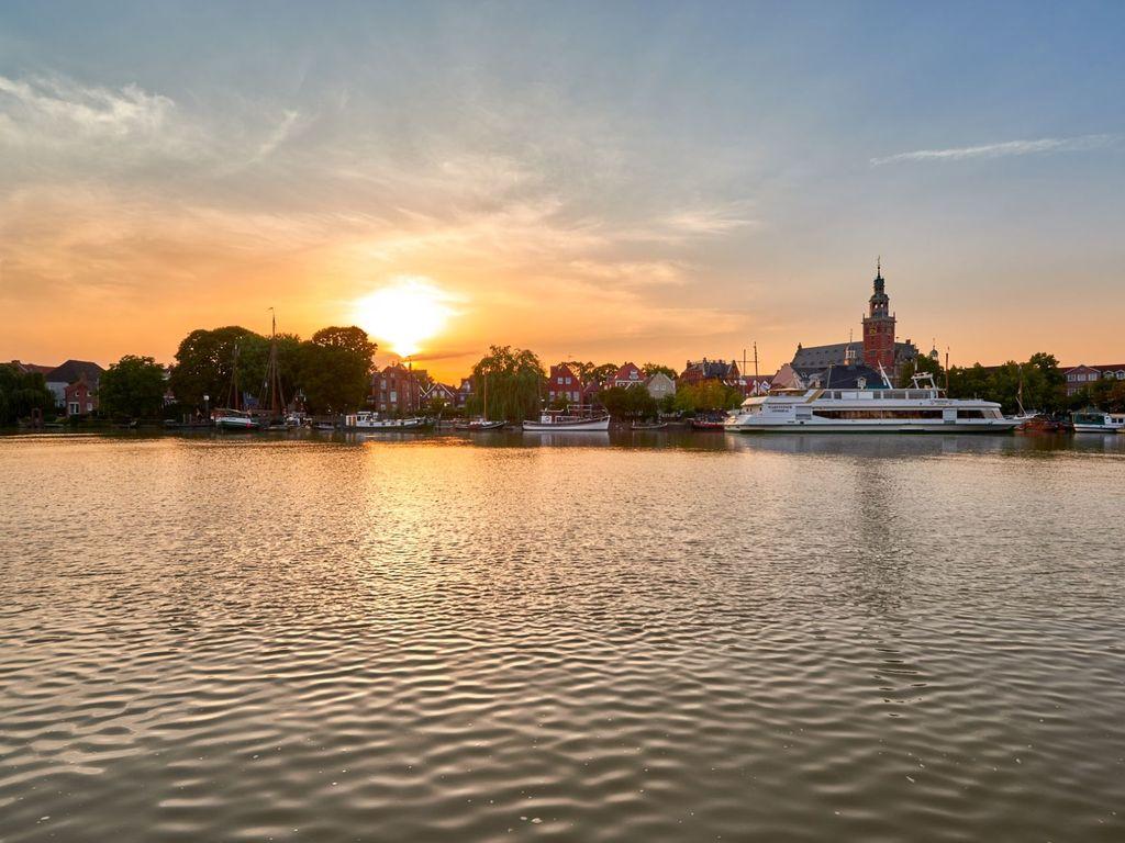 Sonnenuntergang über der Altstadt von Leer mit Spiegelung im Hafenbecken