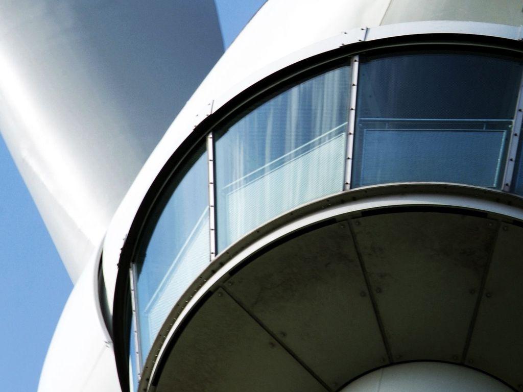 Detailaufnahme der Glaskuppel der begehbaren Windkraftanlage in Eversmeer