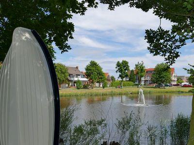 Die Wasserfontäne in Mitten der Wasserfläche im Park von Horumersiel