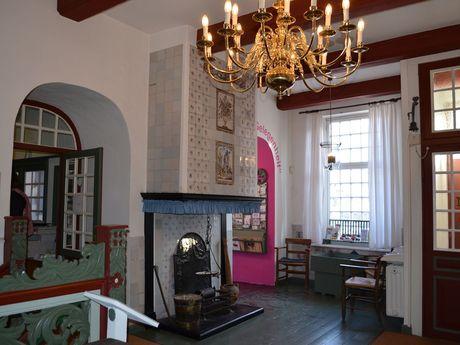Blick in einen Raum mit altem Mobiliar im Heimatmuseum von Leer