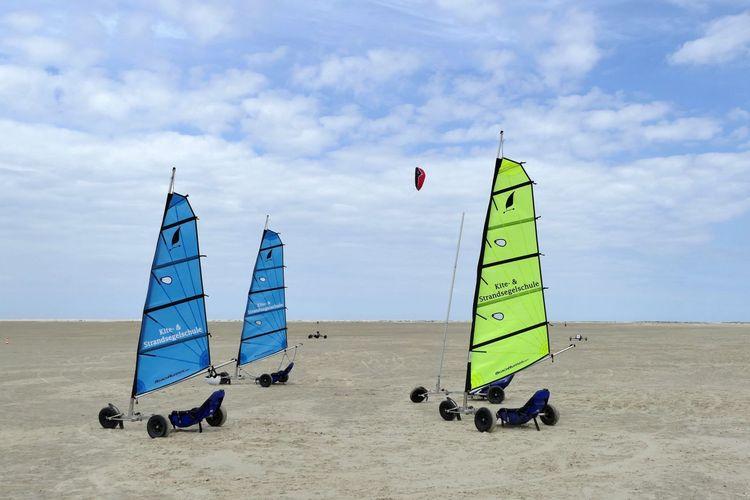 Bunte Kitebuggys stehen am Strand von Borkum