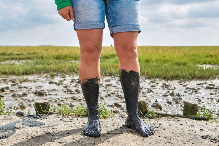 Füße voller Schlick nach einer Wattwanderung im Wattenmeer