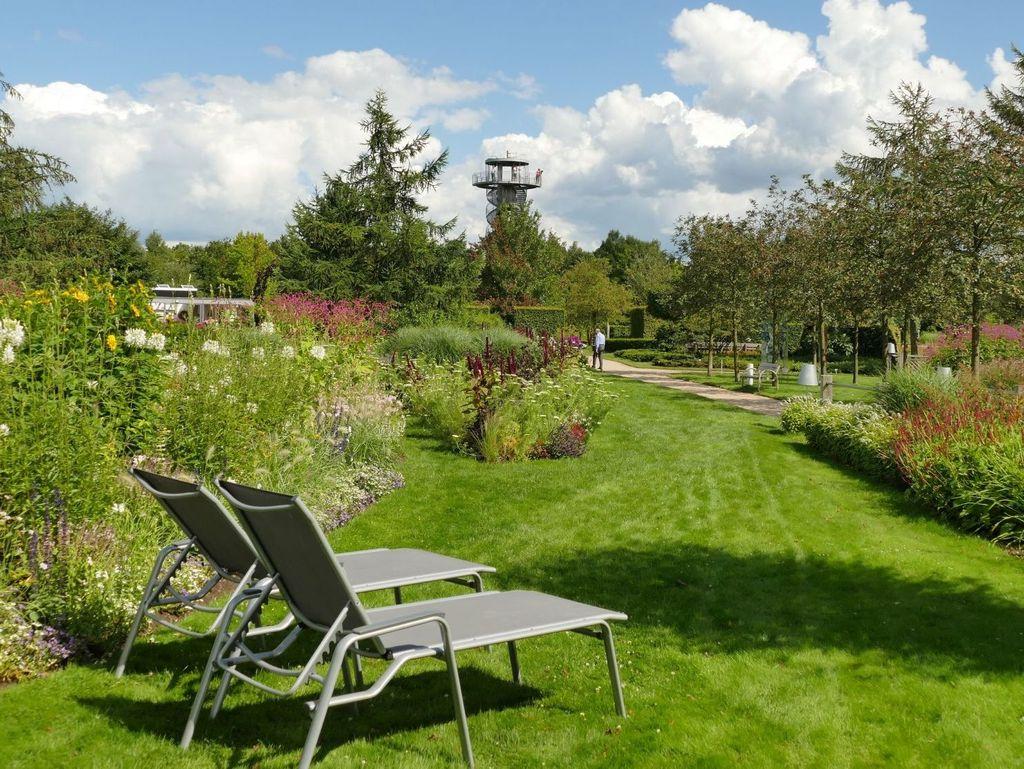 Zwei Liegestühle im Park der Gärten in Bad Zwischenahn