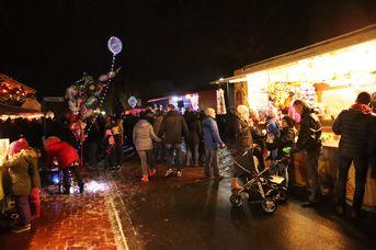 Weihnachtsmarkt vor dem Rathaus