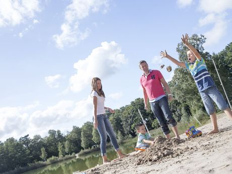 Familie am Badesee in Schortens