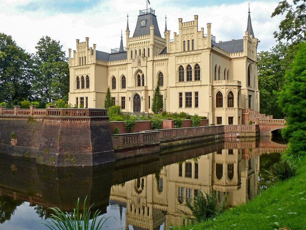 Das Schloss Evenburg in Leer mit grünem Schlosspark