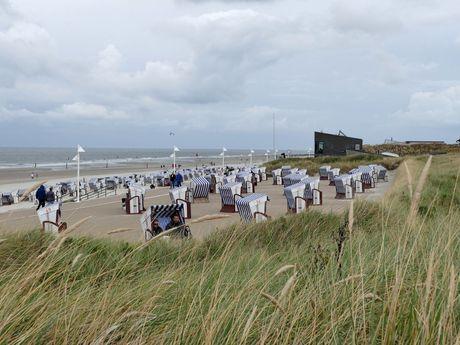 Viele gestreifte Strandkörbe am Strand von Norderney im Winter