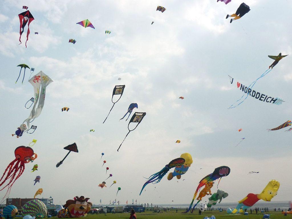 Viele verschiedene Drachen-Formen am Himmel beim Drachenfest Norddeich