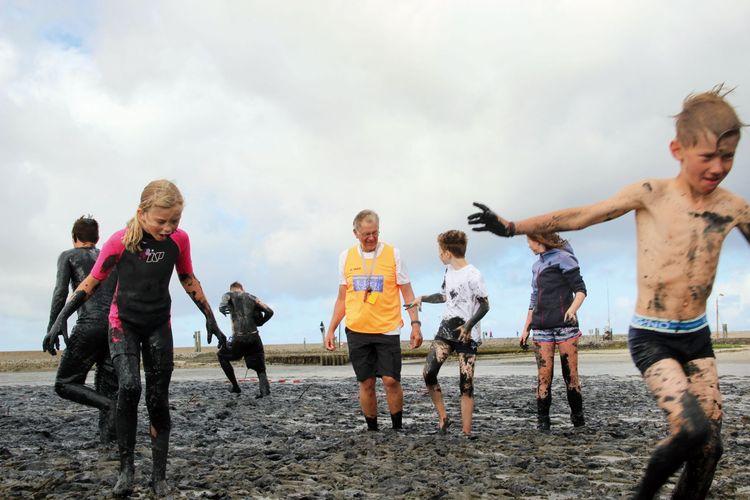 Gruppe Menschen spielt Völkerball im Watt auf Baltrum