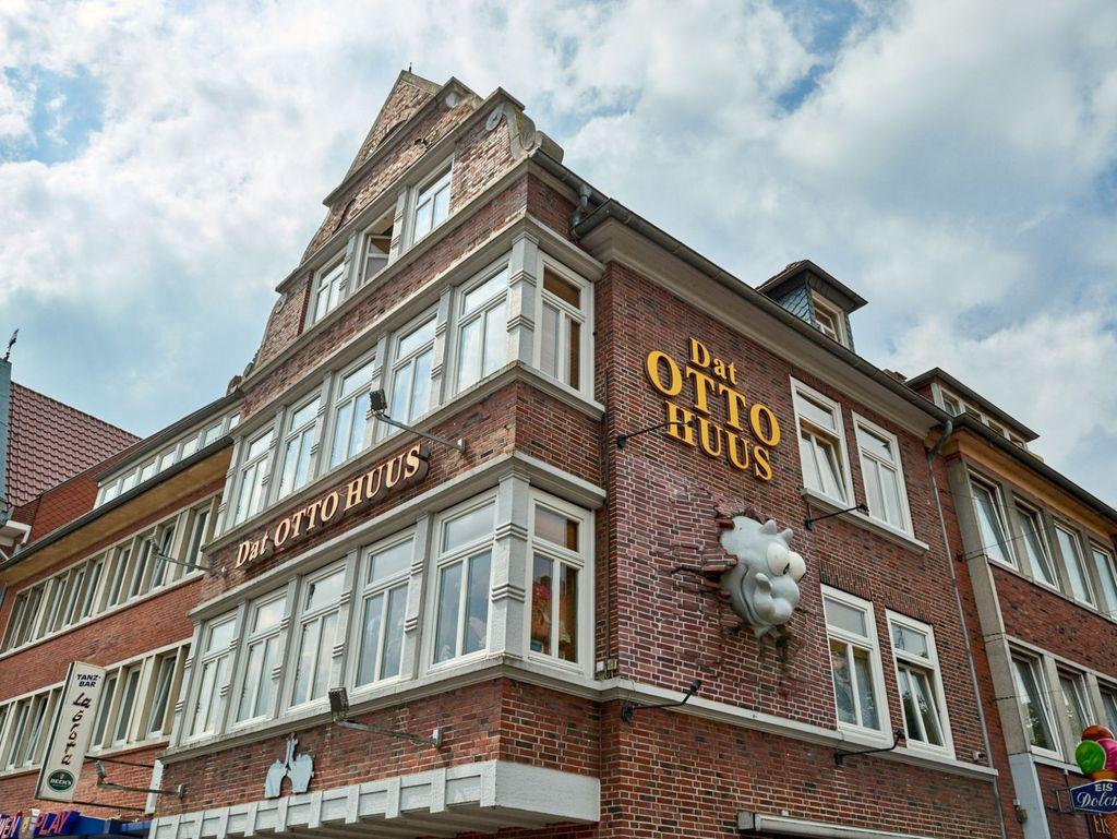 Blick von außen auf die Fassade des Otto Huus in Emden
