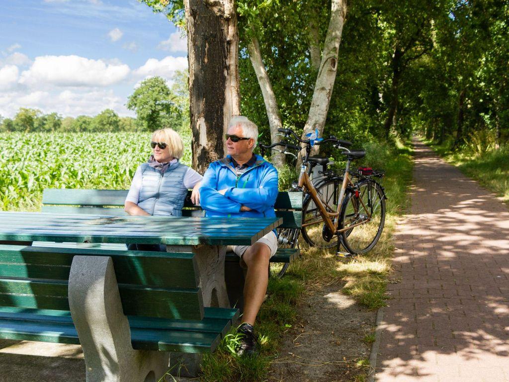Bänke und Tisch für eine Pause am Radweg durch Ostfriesland
