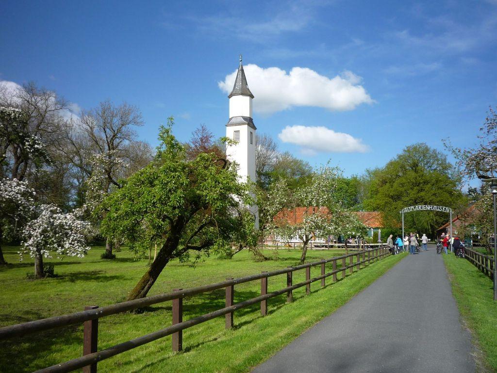 Blick auf die Straße zum Gut Altmarienhausen mit dem weißen Marienturm