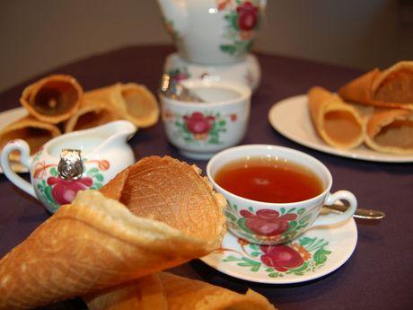 Eine gedeckte Teetafel mit Neujahrskuchen Rullerkes