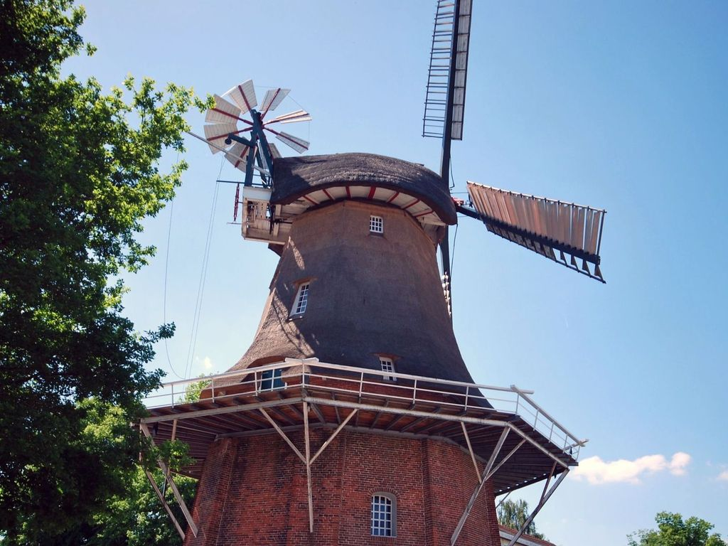 Blick von unten hoch zur Galerie der Windmühle in Remels