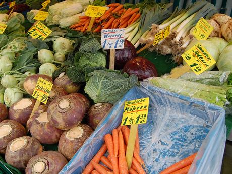 Blick auf die Auswahl eines Obst- und Gemüsestandes auf dem Wochenmarkt Leer