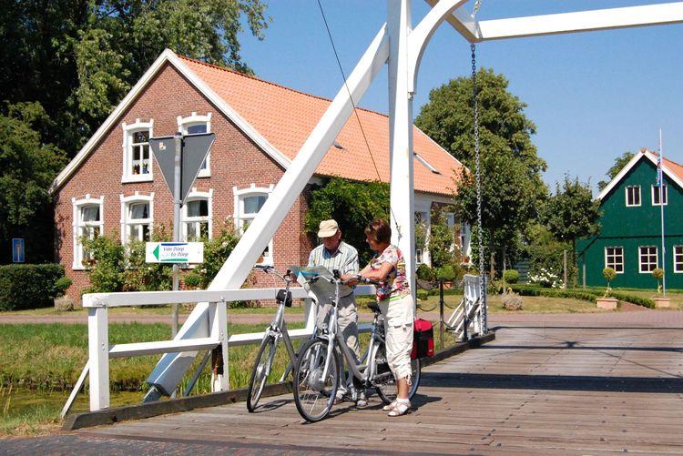 Deutsche Fehnroute - Weiße Klappbrücken weisen den Weg