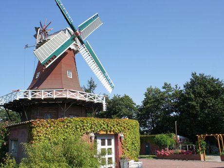 Blick von außen auf die rote Mühle in Berumerfehn