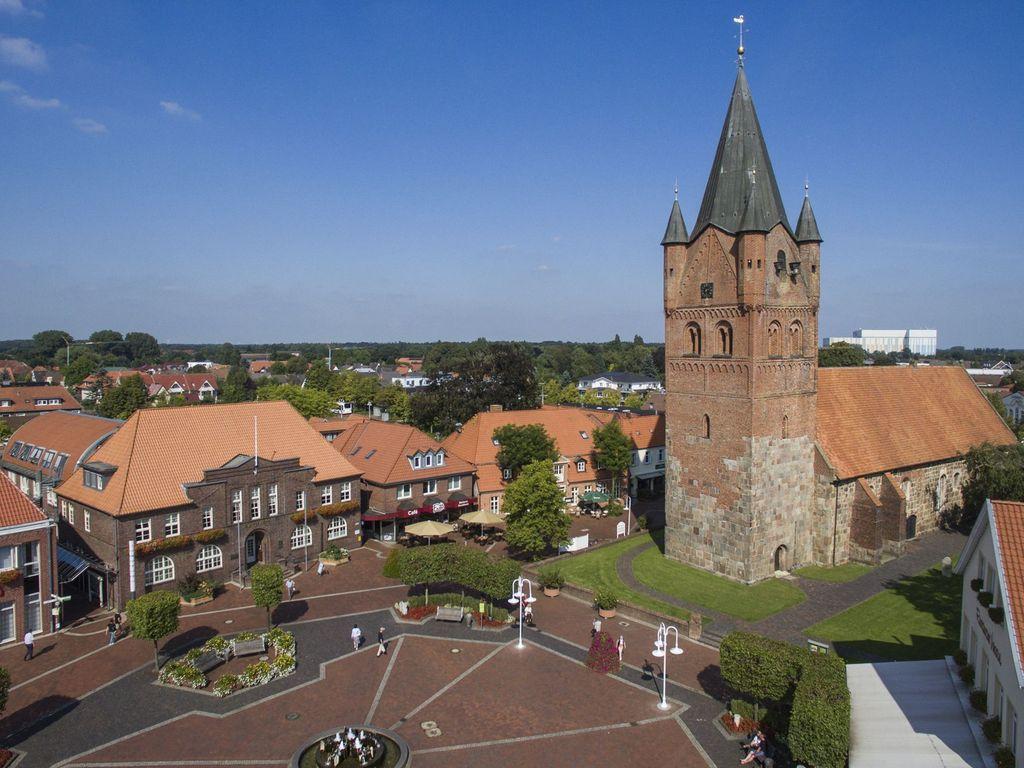 Luftbild vom Marktplatz in Westerstede mit Rathaus und Kirche