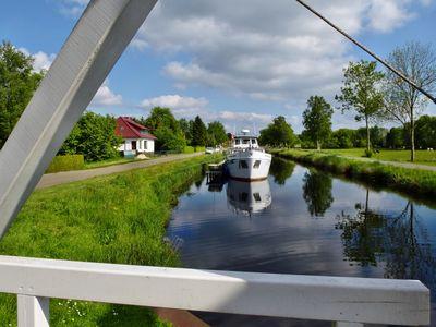 Blick von einer Fehnbrücke auf den Kanal in Ostrhauderfehn