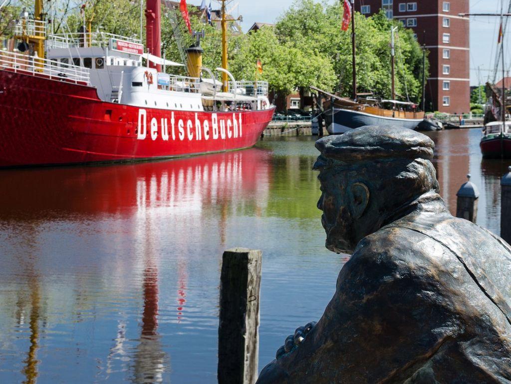 """Die Bronzeskulptur """"Hinni der Delftspucker"""" am Hafen vom Emden"""