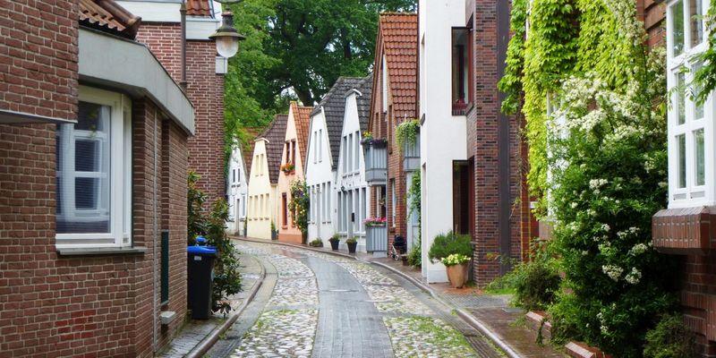 Eine schmale Kopfsteinpflaster Straße in der Altstadt von Jever