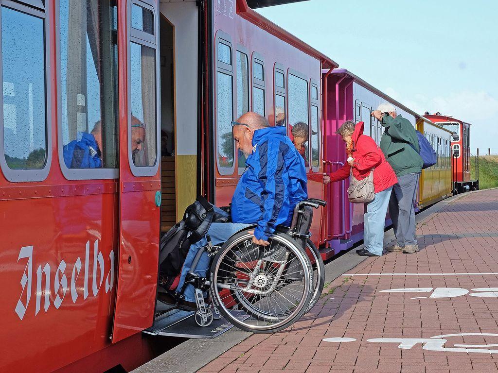 Der Einstieg eines Rollstuhlfahrers in die Inselbahn Langeoog
