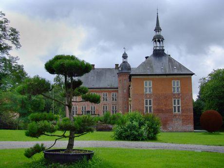 Das Schloss Gödens von der bepflanzten Parkseite aus