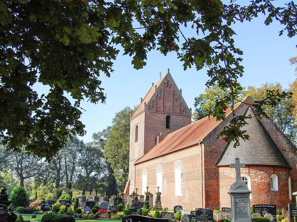 Außenansicht der Kirche in Backemoor Rhauderfehn im Herbst