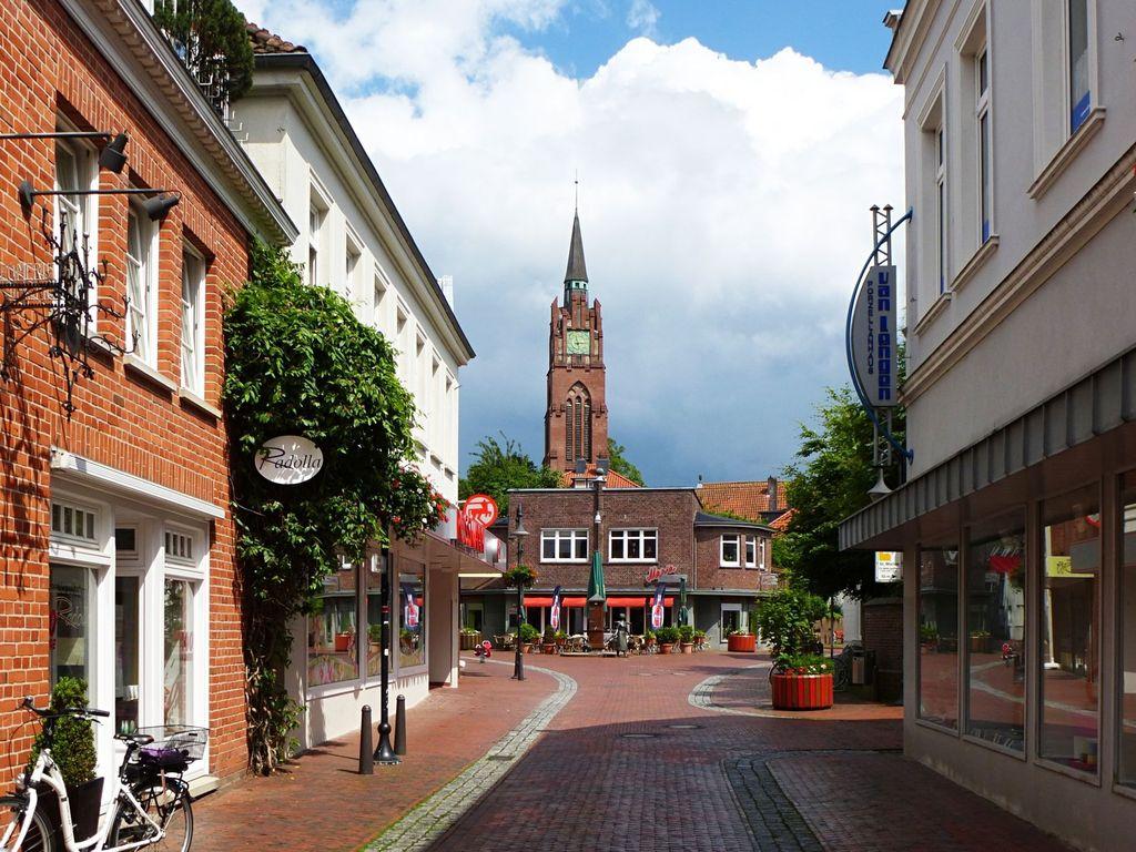 Geschäfte in der Innenstadt von Jever mit Stadtkirche im Hintergrund