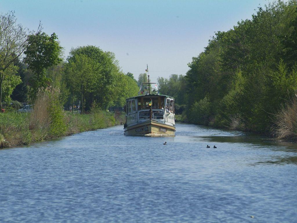 Schiff auf einem Kanal in Wiesmoor