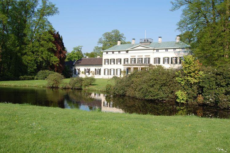 Blick über den Teich vor dem Schloss von Rastede auf die Außenfassade