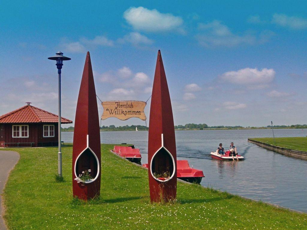 Zwei stehende Kanus als Herzlich Willkommen Schild am Großen Meer