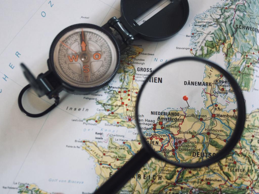 Blick durch eine Lupe auf eine Landkarte auf der Ostfriesland zu sehen ist