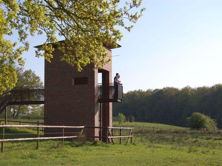 Besucher auf der Aussichtsplattform bei Rastede