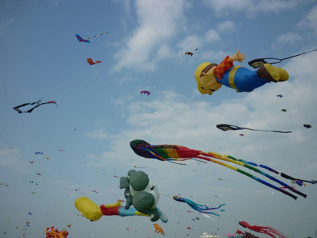 Bunte Drachen in verschiedenen Formen am Himmel von Norddeich beim Drachenfest