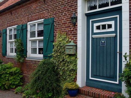 Blaue Holztür im Bauernhaus von Friedeburg